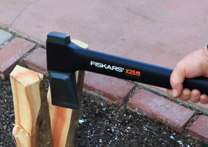 Fiskars-x25-splits-medium-logs-easily